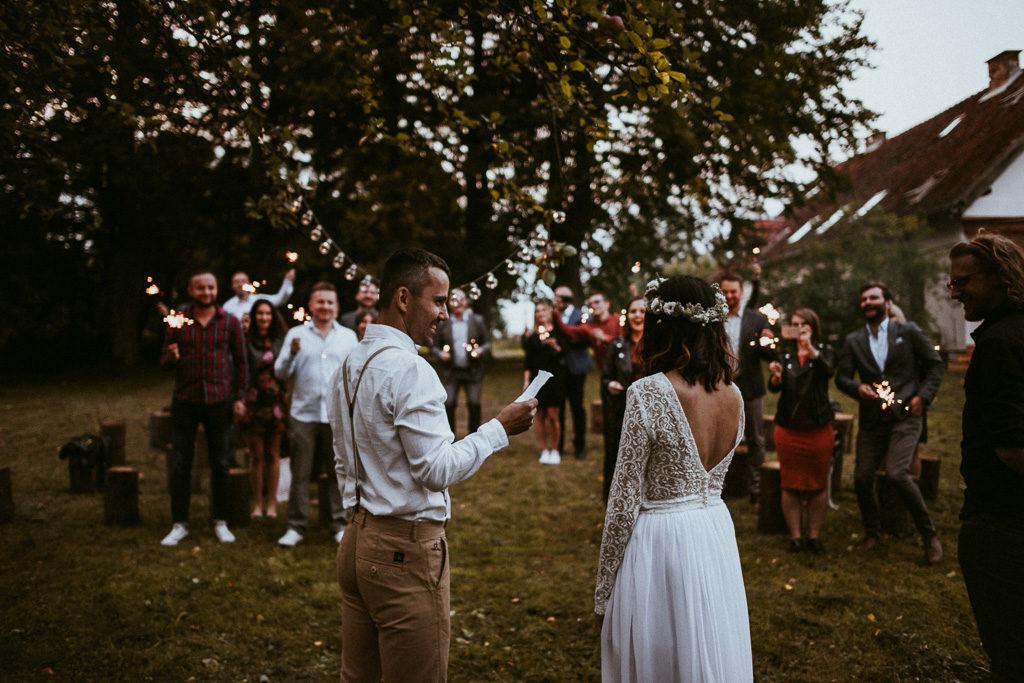 ceremonia pod jabłonią wesele plenerowe mazury nowe kawkowo pytlikbak fotografia czytanie listów ślub humanistyczny