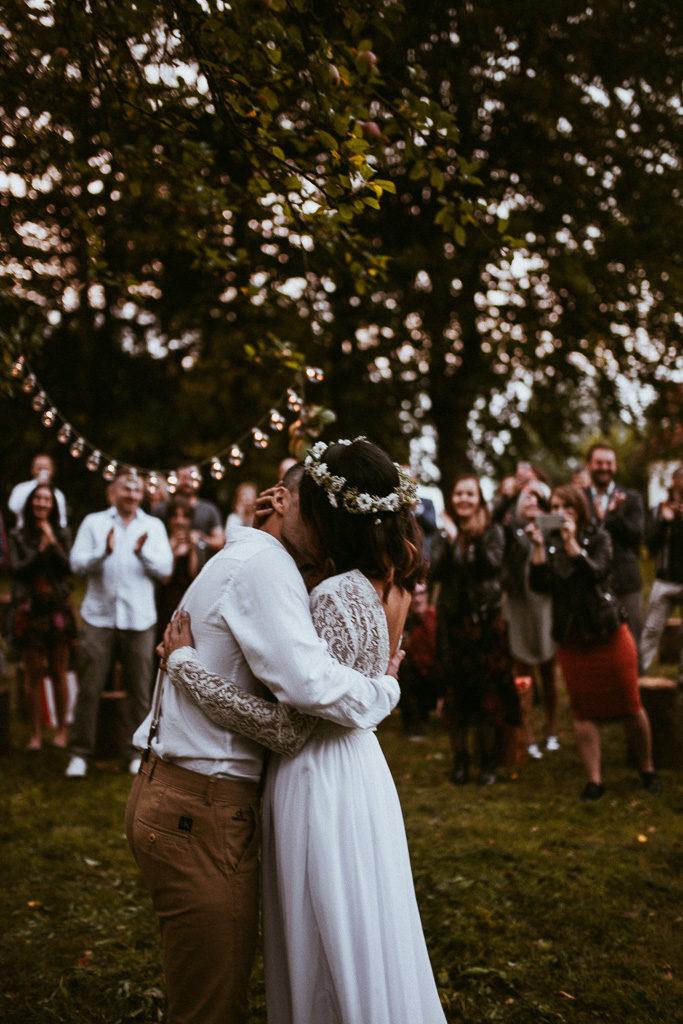 ceremonia pod jabłonią wesele plenerowe mazury nowe kawkowo pytlikbak fotografia pierwszy pocałunek