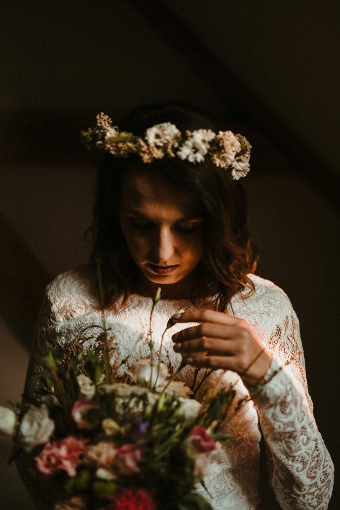 portret pani młodej w wianku i z bukietem wesele plenerowe w stodole mazury nowe kawkowo pytlikbak fotografia