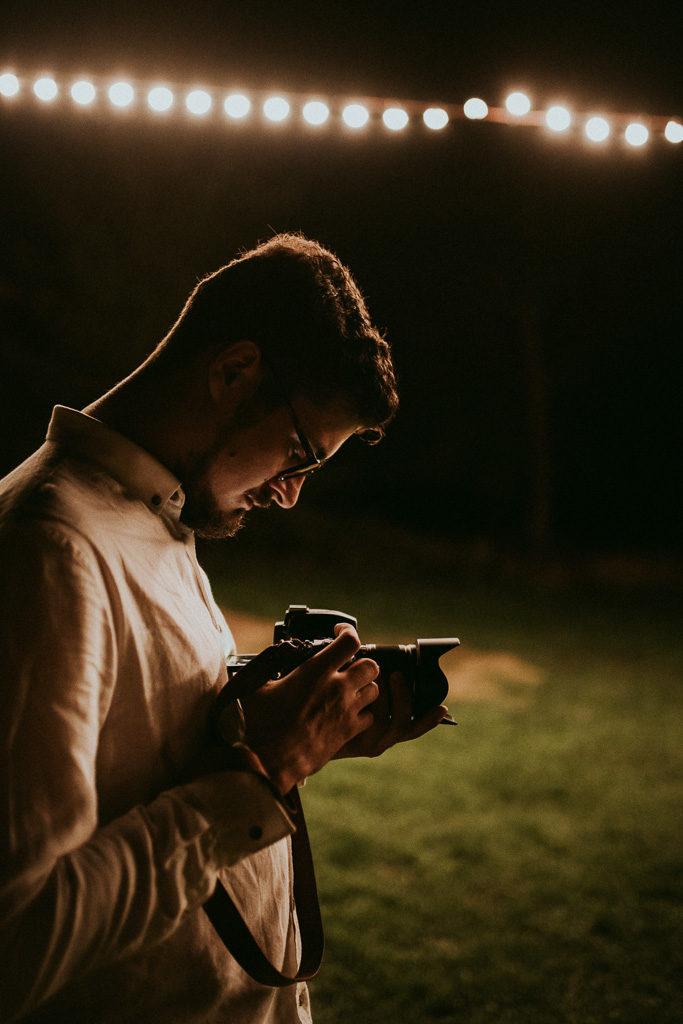 Adrian Pytlik fotograf w pracy na weselu plenerowym pytlikbak fotografia