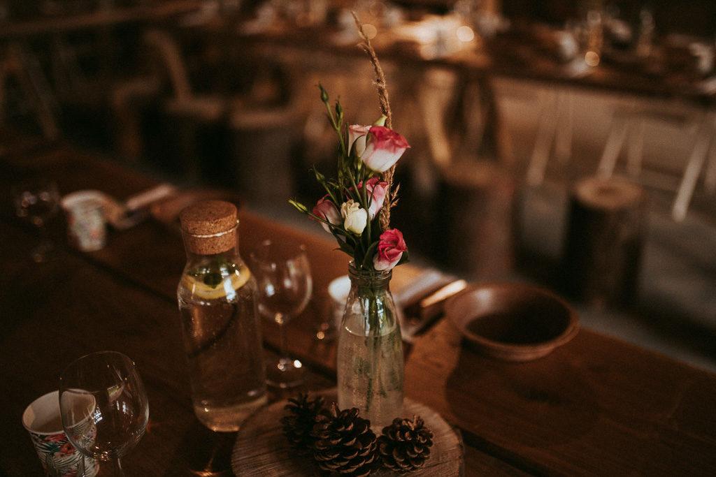 naturalna dekoracja stołów weselnych szyszki i róże