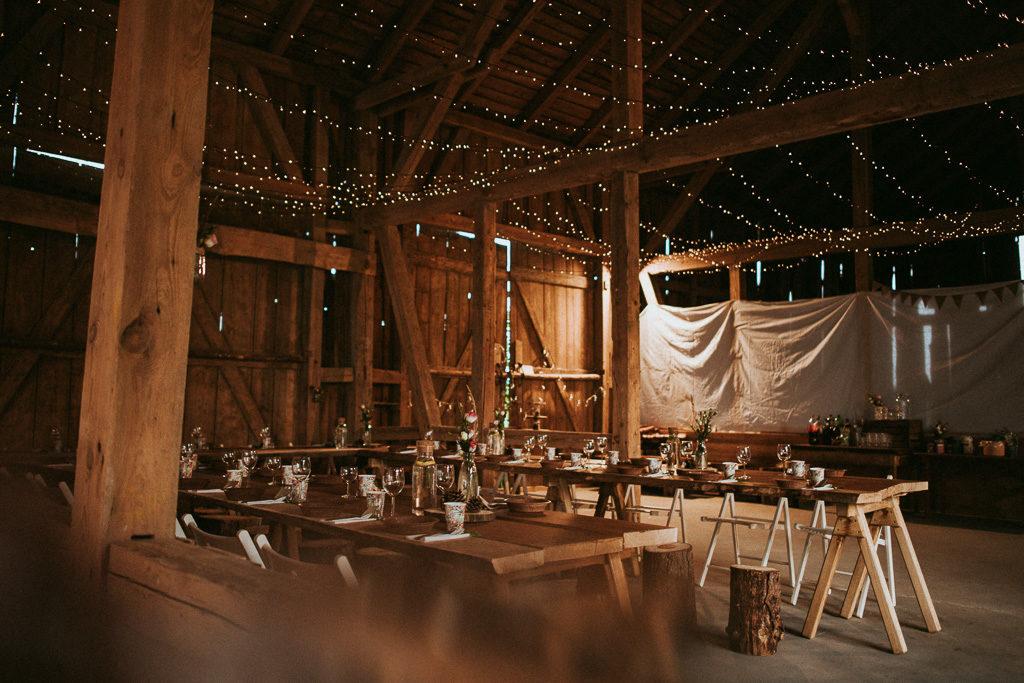 wesele plenerowe w stodole dekoracja z lampek mazury nowe kawkowo pytlikbak fotografia