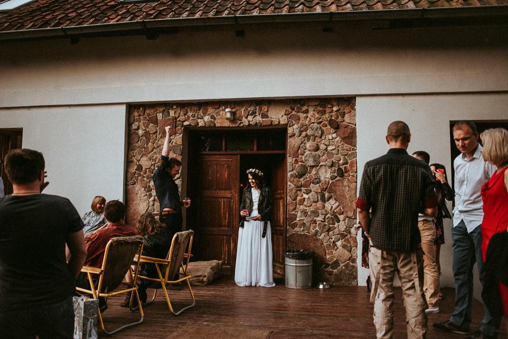 wesele plenerowe w stodole mazury nowe kawkowo pytlikbak fotografia Pani młoda w Ramonesce