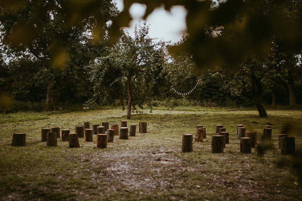 ceremonia ślubu plenerowego w nowym kawkowie na mazurach pod jabłonią pień jako siedzenie