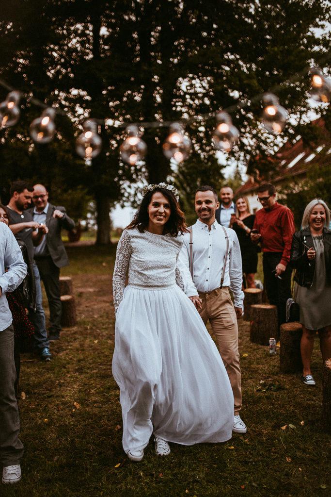 ceremonia pod jabłonią wesele plenerowe mazury nowe kawkowo pytlikbak fotografia do ślubu w conversach