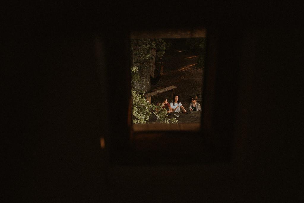 Goście na weselu plenerowym w nowym kawkowie