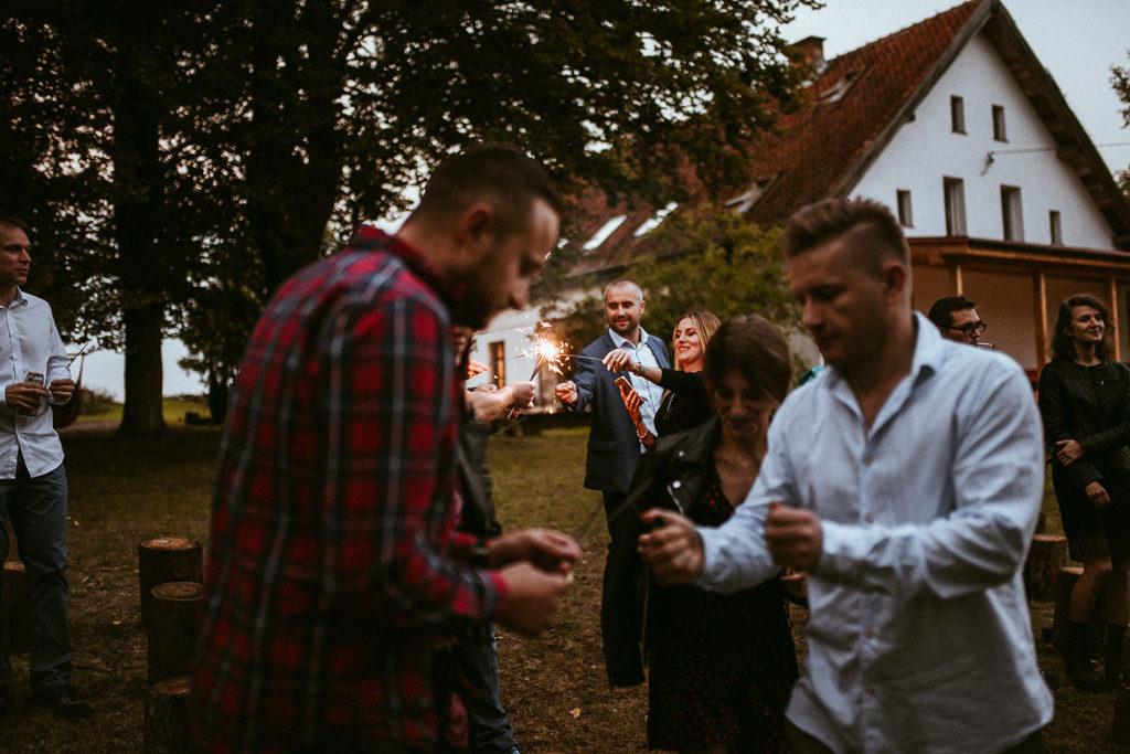 goście na weselu plenerowym w nowym kawkowie na Mazurach z zimnymi ogniami