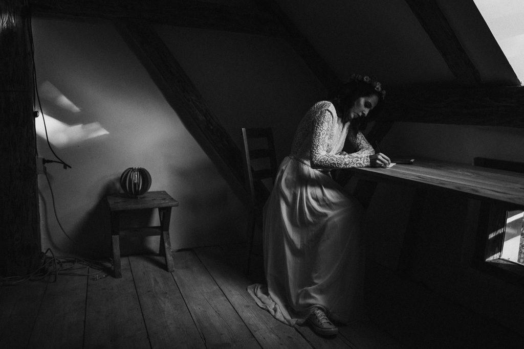 Pani młoda pisząca emocjonalny list do przyszłego męża vows wesele plenerowe w stodole mazury nowe kawkowo pytlikbak fotografia