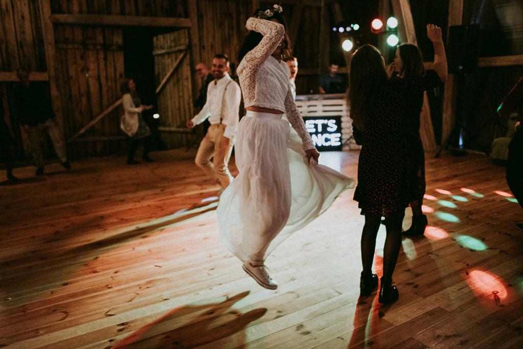 Pani młoda w conversach taniec na weselu w stodole
