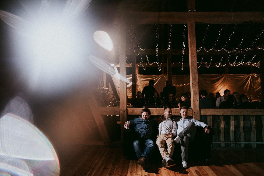 sofa na weselu plenerowym w stodole mazury nowe kawkowo pytlikbak fotografia