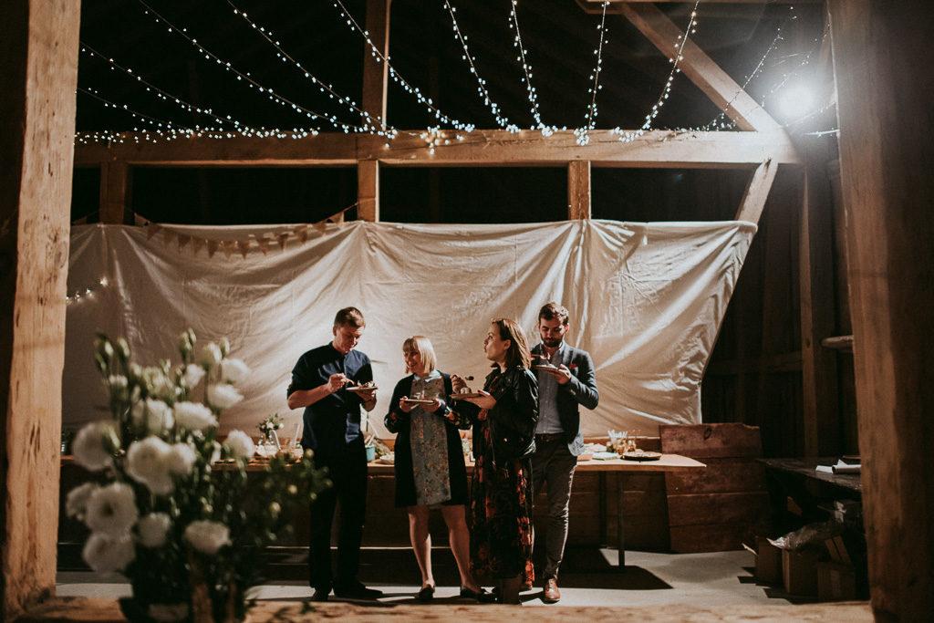 goście na weselu plenerowym przy słodkim stole w nowym kawkowie na Mazurach