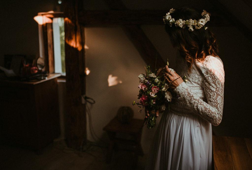 Pani młoda w wianku i z bukietem wesele plenerowe w stodole mazury nowe kawkowo pytlikbak fotografia