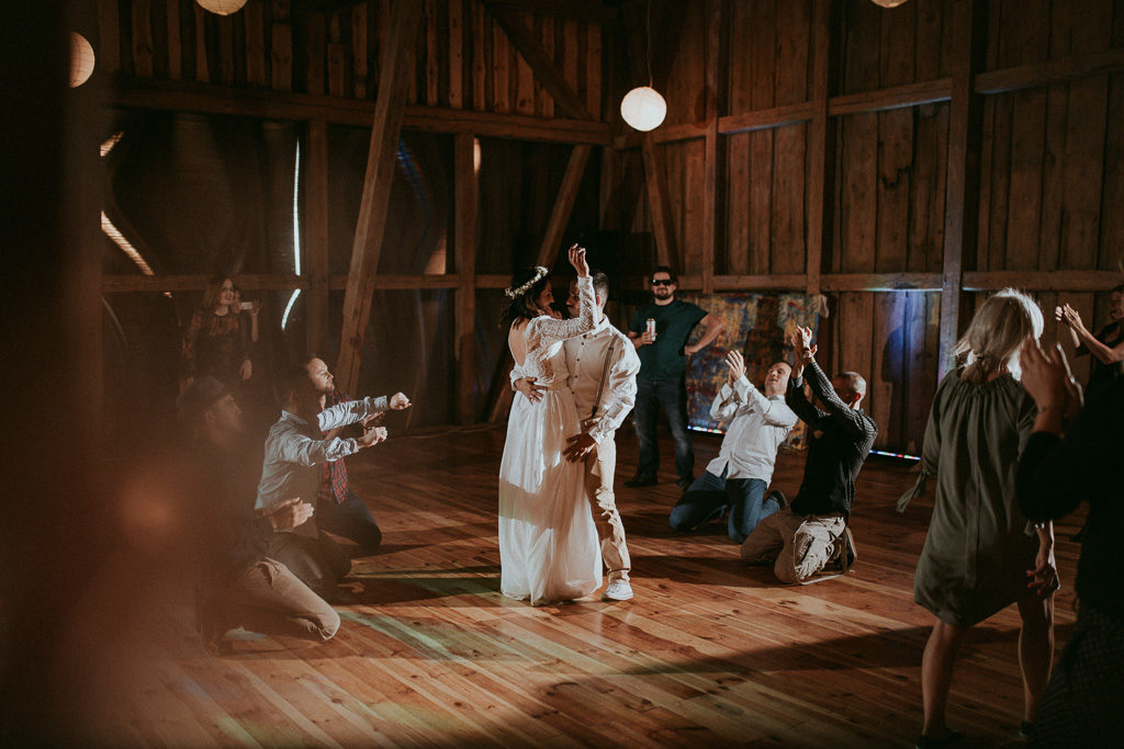 pierwszy taniec pary młodej w stodole nowe kawkowo na mazurach