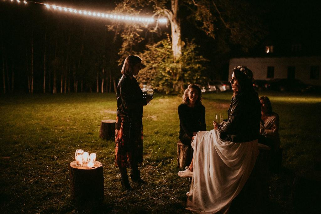 Pani młoda w ramoncesce na weselu plenerowym w nowym kawkowie na mazurach pytlikbak fotografia