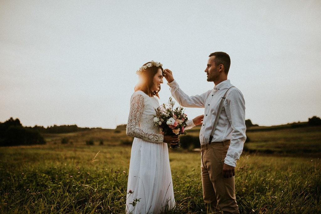 sesja plenerowa na mazurach nowe kawkowo pytlikbak fotografia naturalny wianek i bukiet ślubny Pan młody w szelkach