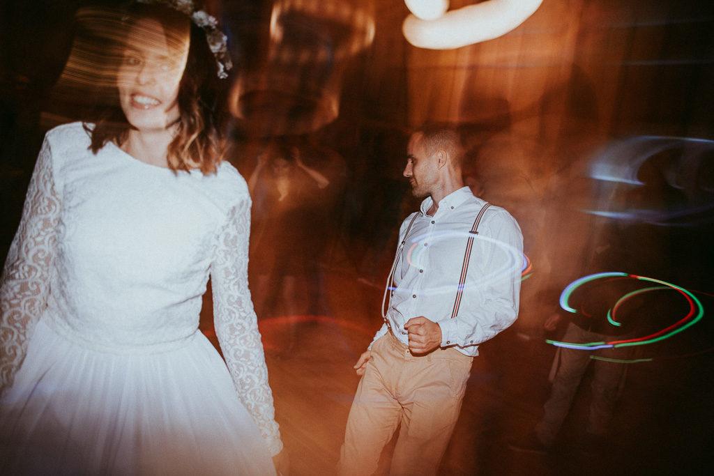 Pan młody na weselu plenerowym ubrany w szelki taniec pytlikbak fotografia