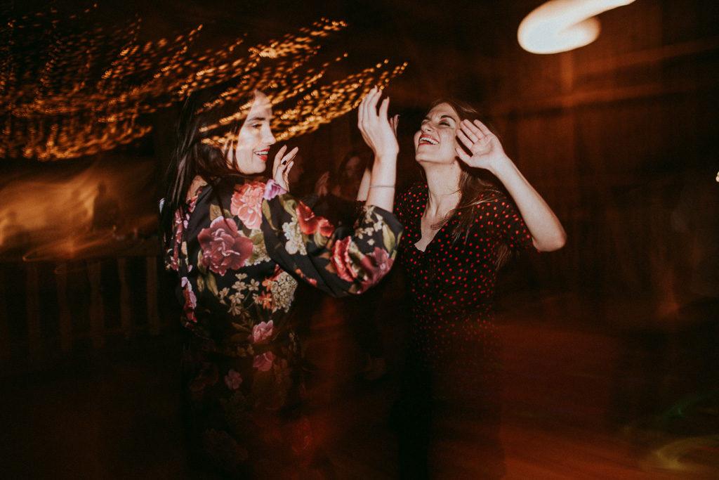 goście na weselu plenerowym w nowym kawkowie na Mazurach sukienki w groszki i kwiaty na wesele