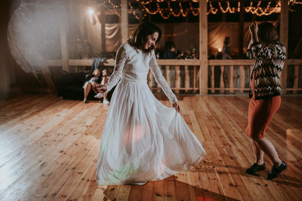 Pani młoda tańcząca w stodole nowe kawkowo mazury