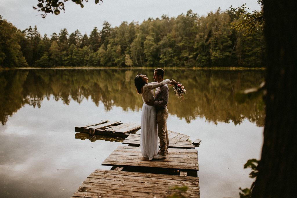 Sesja plenerowa w naturze pomost i jezioro nowe kawkowo mazury pytlikbak fotografia