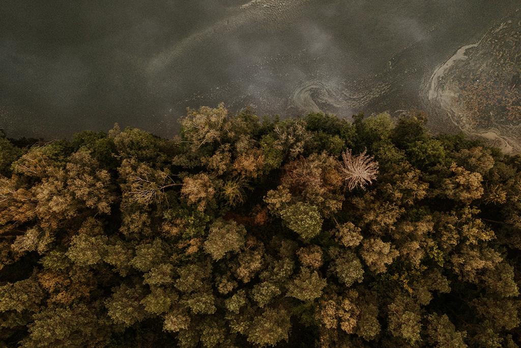 Mazury z drona las jezioro wrzesień flatlay nowe kawkowo