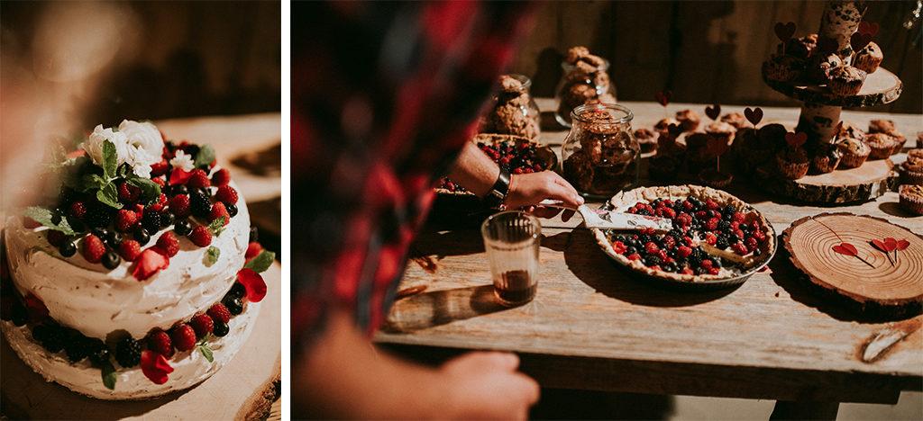 Tort bezowy owocowy i tarta z jagodami na weselu plenerowym w stodole słodki stół