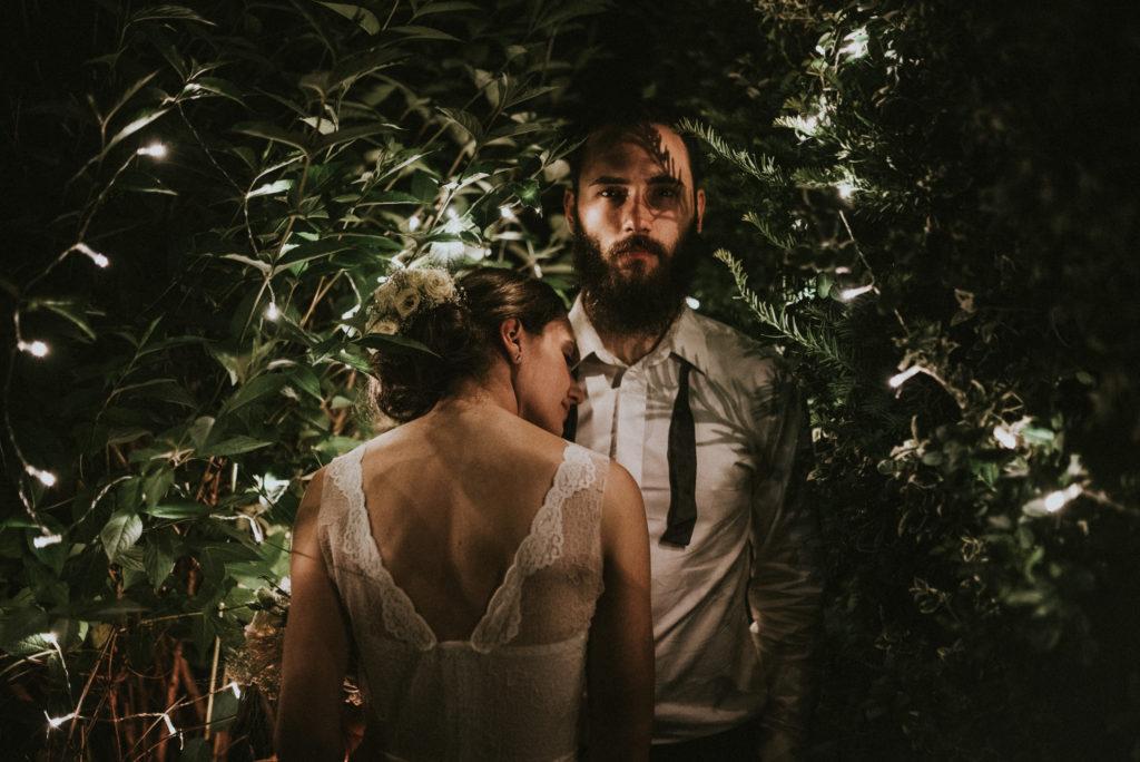wesele w ogrodzie wesele DIY światełka lampki girlandy pytlikbak pan młody w muszce brodacz