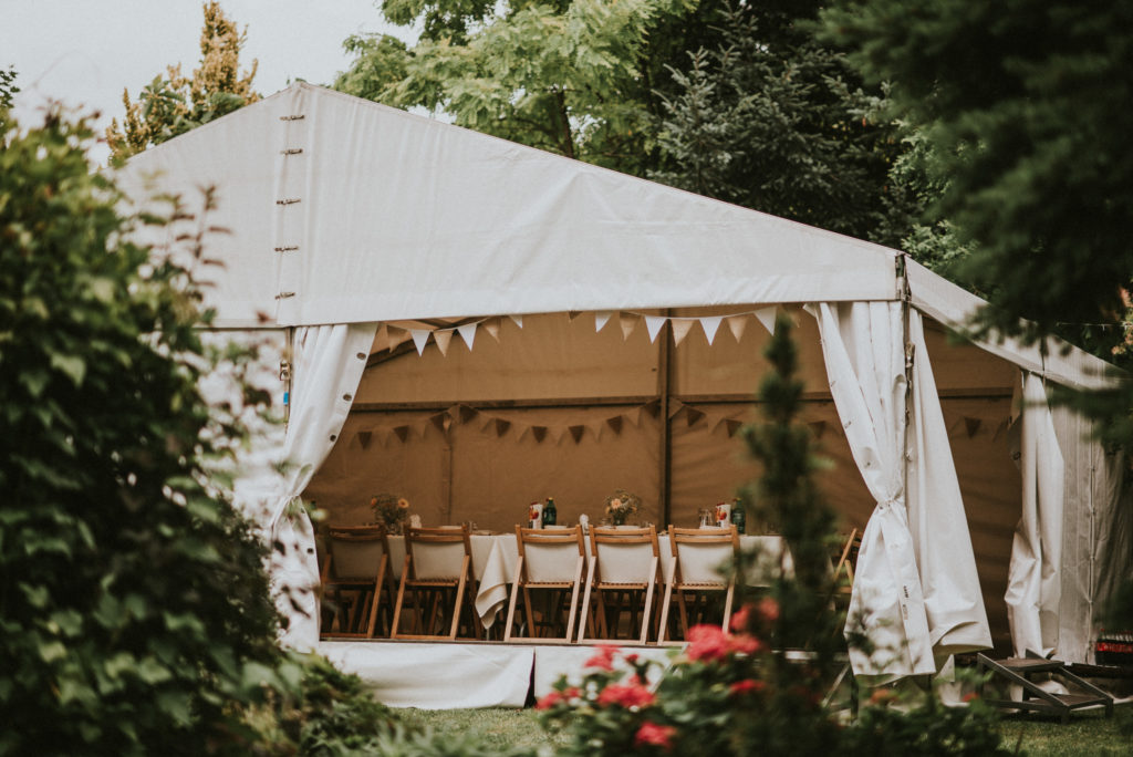 wesele w ogrodzie wesele DIY światełka lampki girlandy pytlikbak