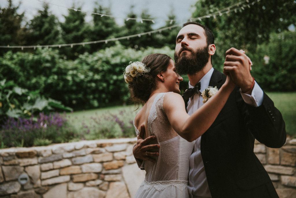wesele w ogrodzie wesele DIY światełka lampki girlandy pytlikbak pierwszy taniec w plenerze