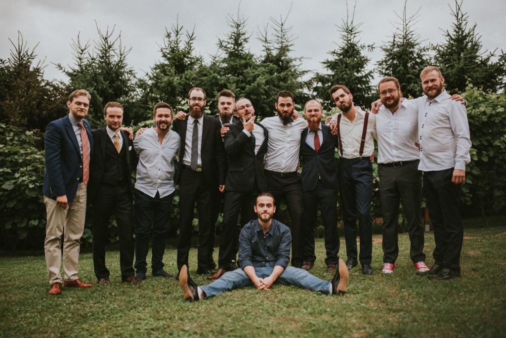 Zdjęcie grupowe mężczyzn na ślubie kawalerski brodacze