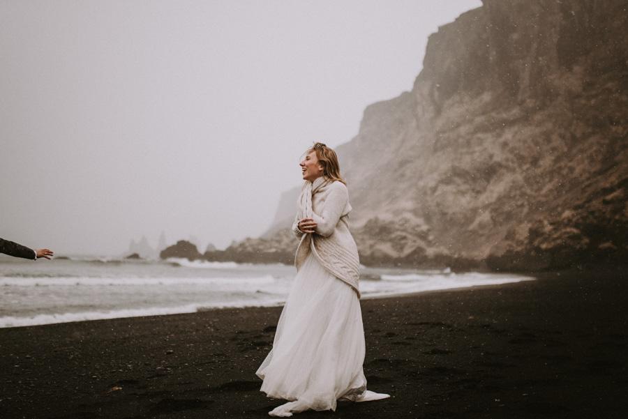 Sesja plenerowa islandia podróż poślubna czarna plaża Pani młoda sweter skandynawia pytlikbak