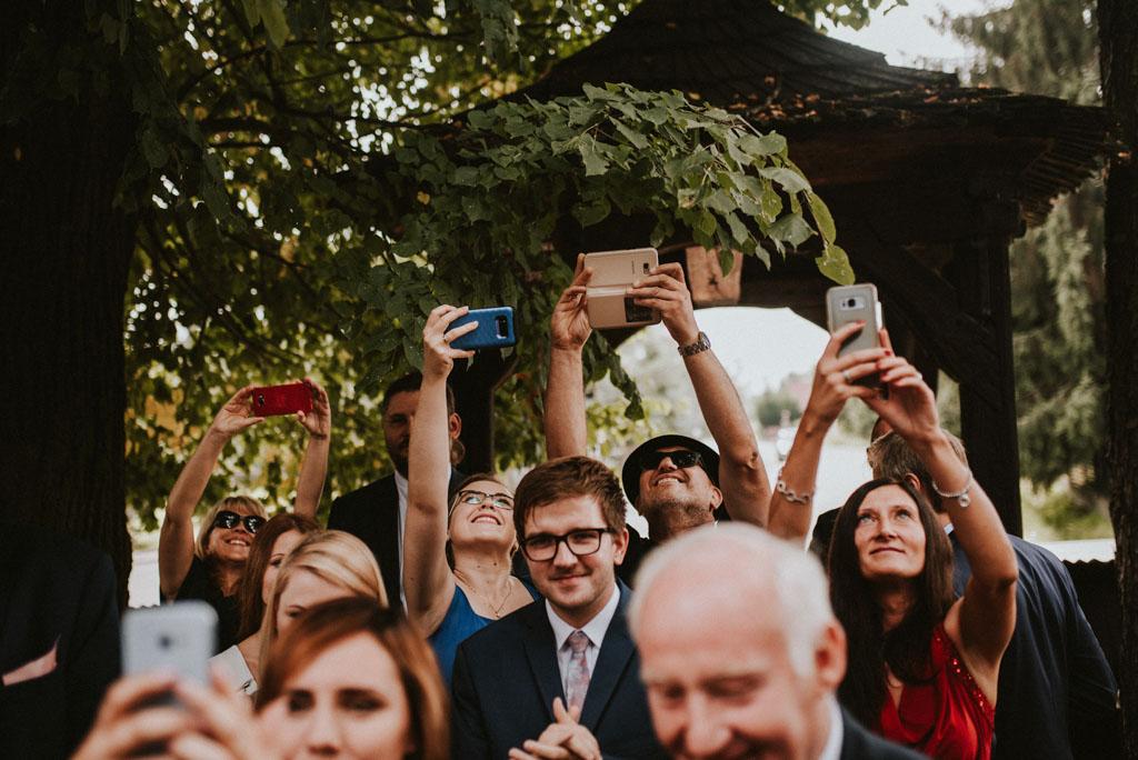 telefony na ślubie i weselu goście używają telefonów na weselu plenerowym