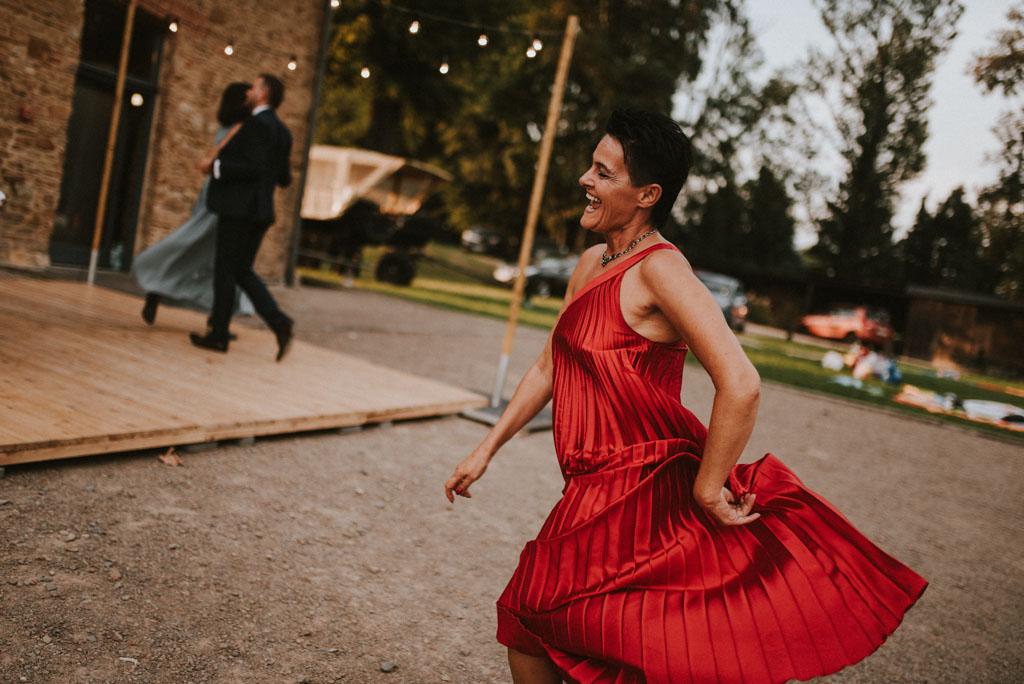 zabawa taniec czerwona sukienka Ślub w Dolinie Cedronu Kraków Leńcze pytlikbak