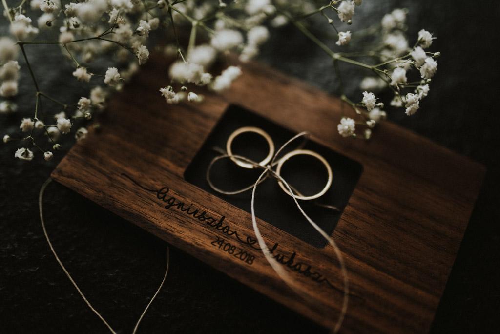 obrączki ślubne w drewnianym pudełku z gipsówką