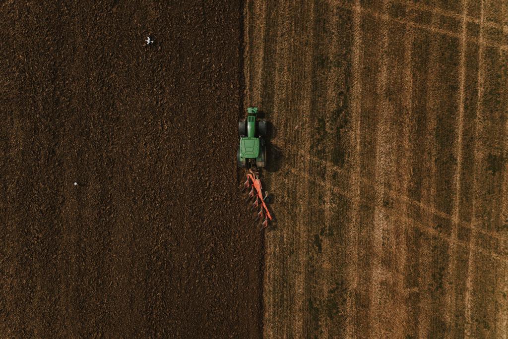 Ciągnik URSUS z bronami z drona na polu w polsce