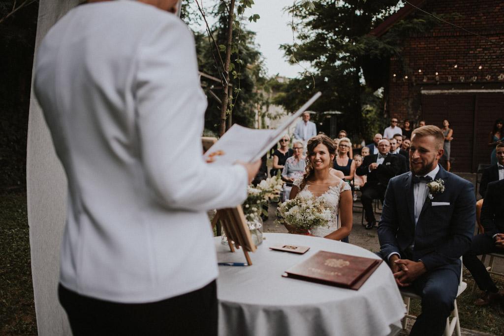 ślub plenerowy kotulińskiego 6 para młoda przed ołtarzem