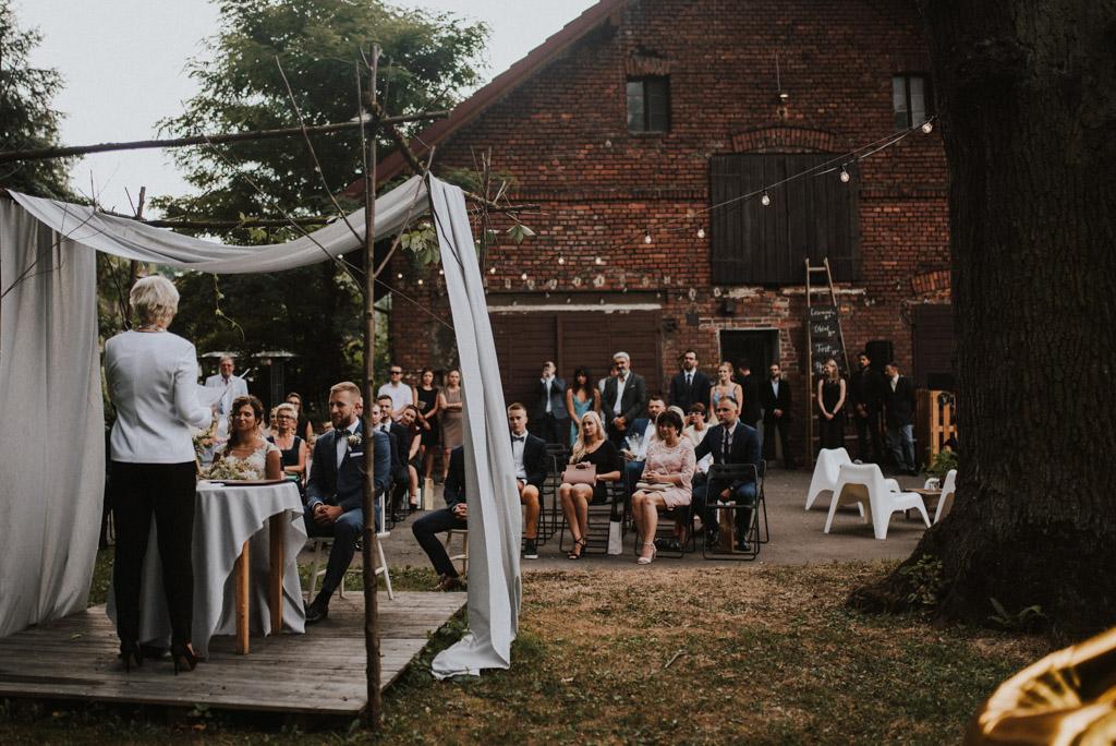 ceremonia ślubu goście na ślubie plenerowym w kotulińskiego 6 w bielsku białej