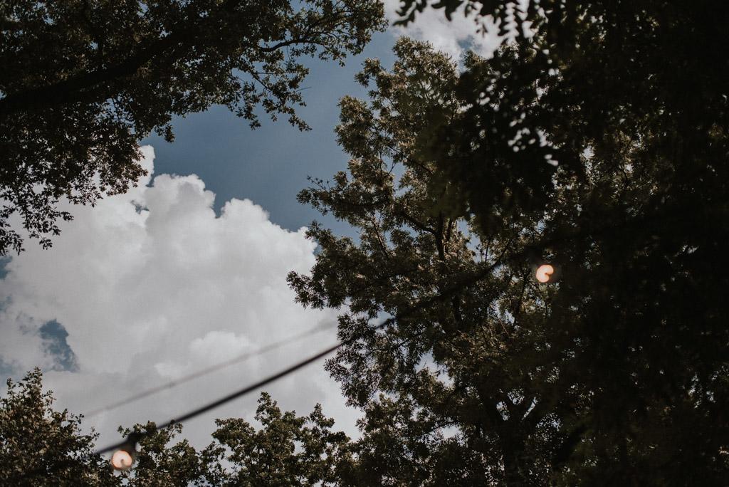pochmurne niebo na weselu plenerowym