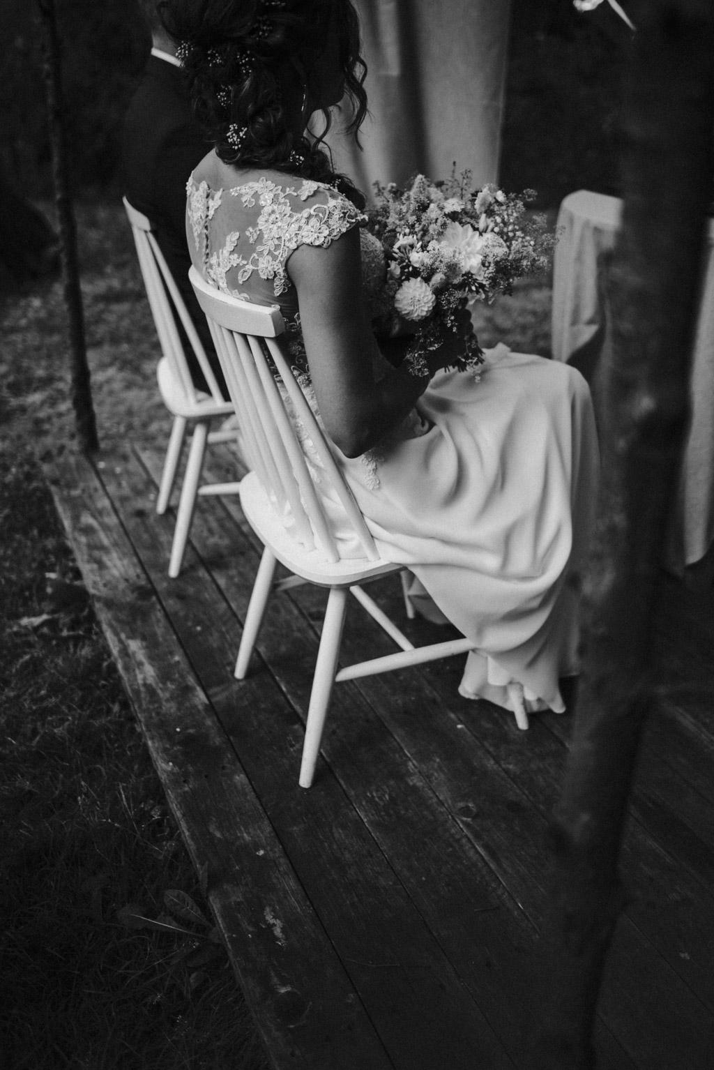 Pani młoda podczas ceremoni ślubu z polnym bukietem