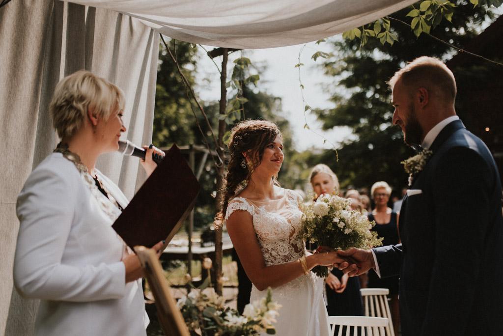 ślub plenerowy kotulińskiego 6 para młoda przed ołtarzem ceremonia