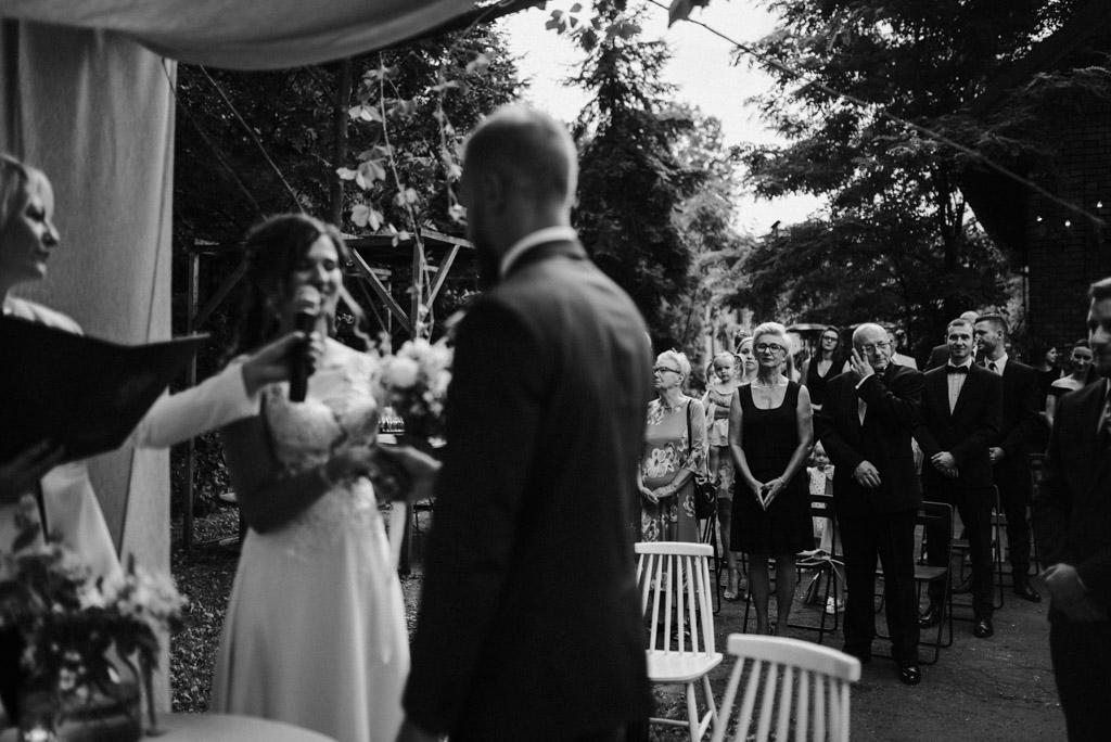 wzruszony ojciec pani młodej podczas ślubu plenerowego w kotulińskiego 6