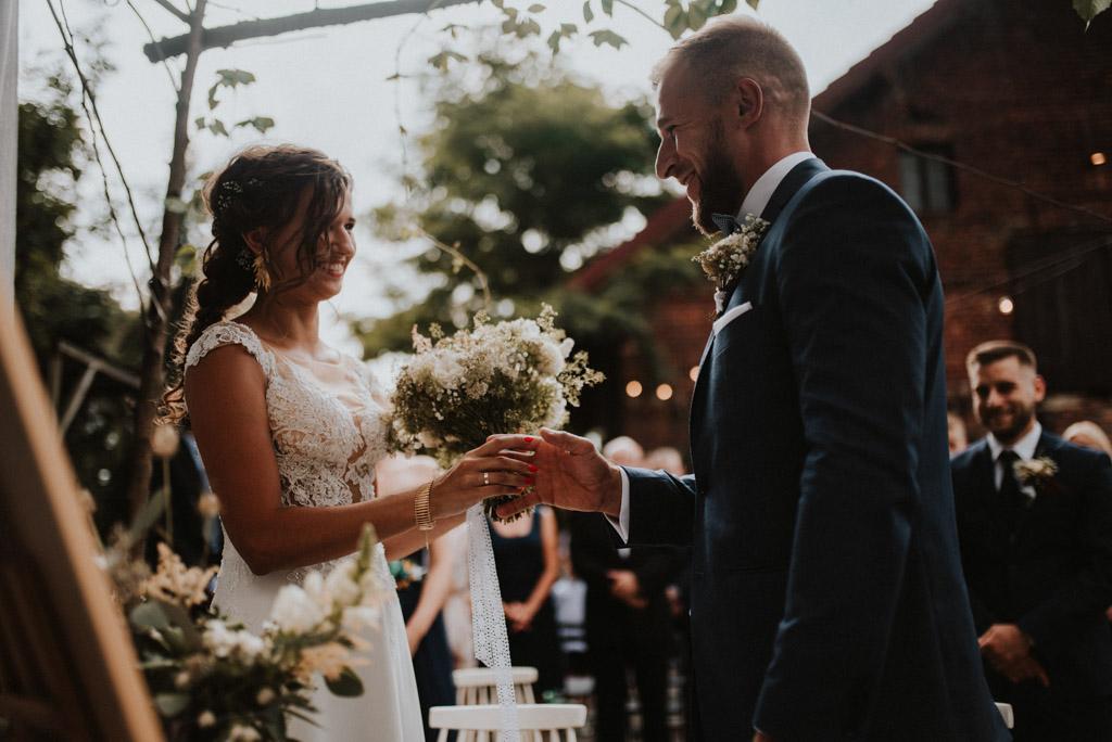 ślub plenerowy kotulińskiego 6 para młoda przed ołtarzem nakładanie obrączek Pytlik bąk fotografia