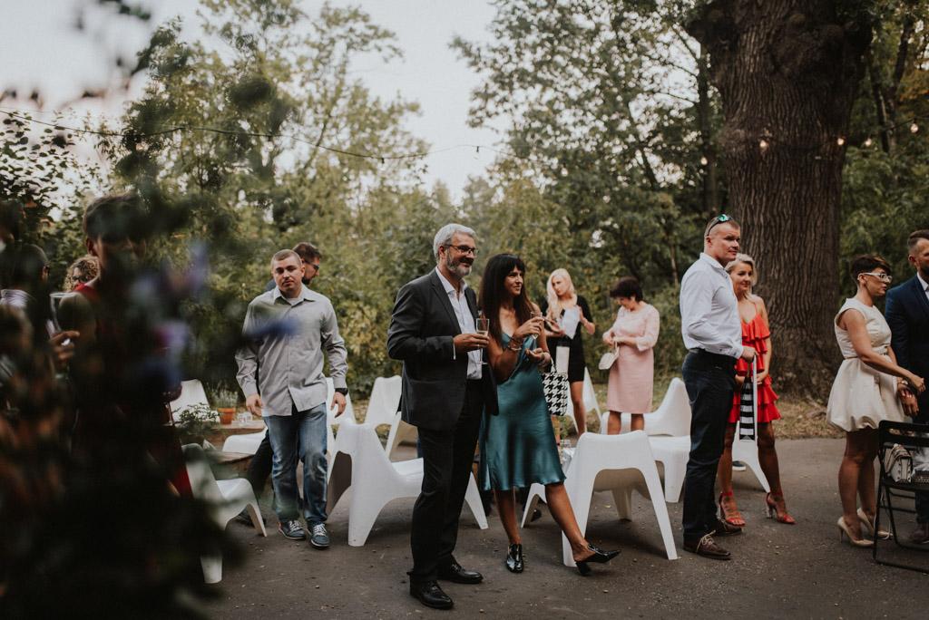 goście na ślubie plenerowym w kotulińskiego 6 w bielsku białej niebieska satynowa sukienka