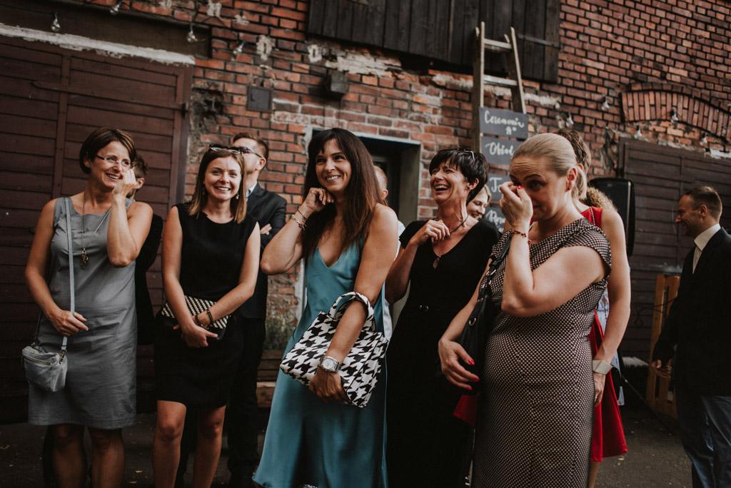goście na ślubie plenerowym w kotulińskiego 6 w bielsku białej torebka w pepitkę