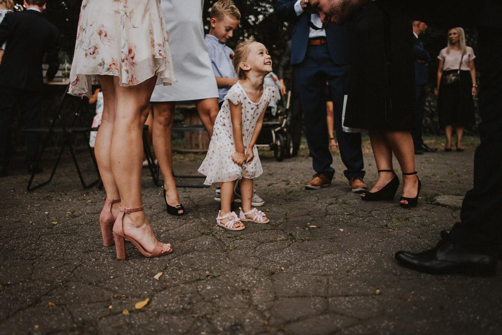 dziecko dziewczynka na ślubie plenerowym