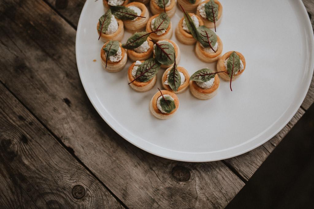 koreczki przekąski na weselu plenerowym szwedzki stół liście buraka