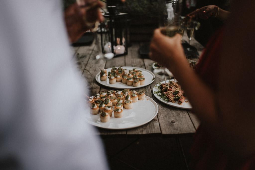 koreczki przekąski na weselu plenerowym szwedzki stół