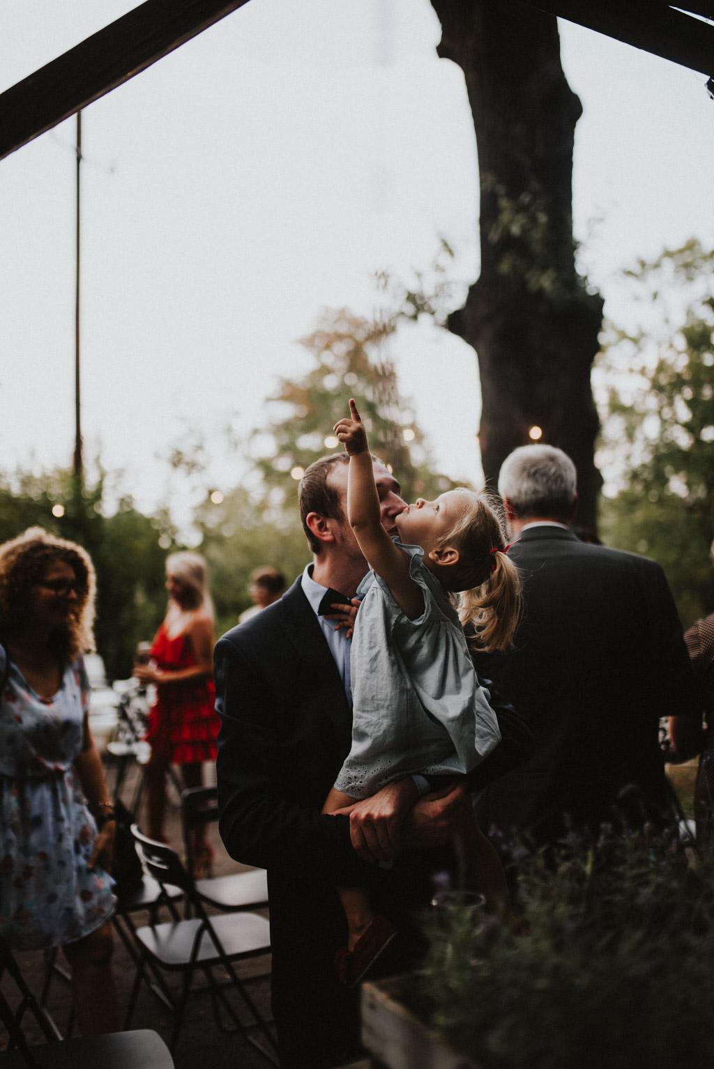 dzieci na ślubie plenerowym