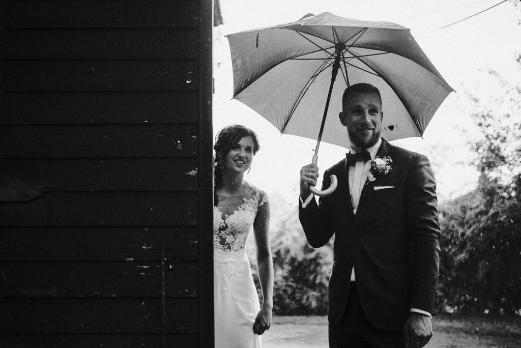 deszcz podczas wesela ślubu w kotulińskiego 6 para młoda pod parasolem