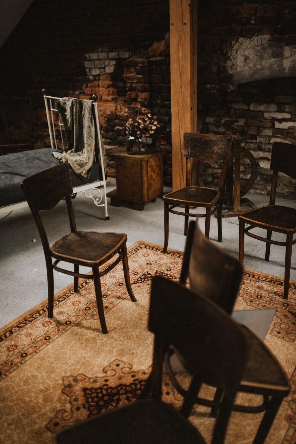 kotulińskiego 6 k6 przestrzeńkreatywna krzesła na poddaszu wystrój