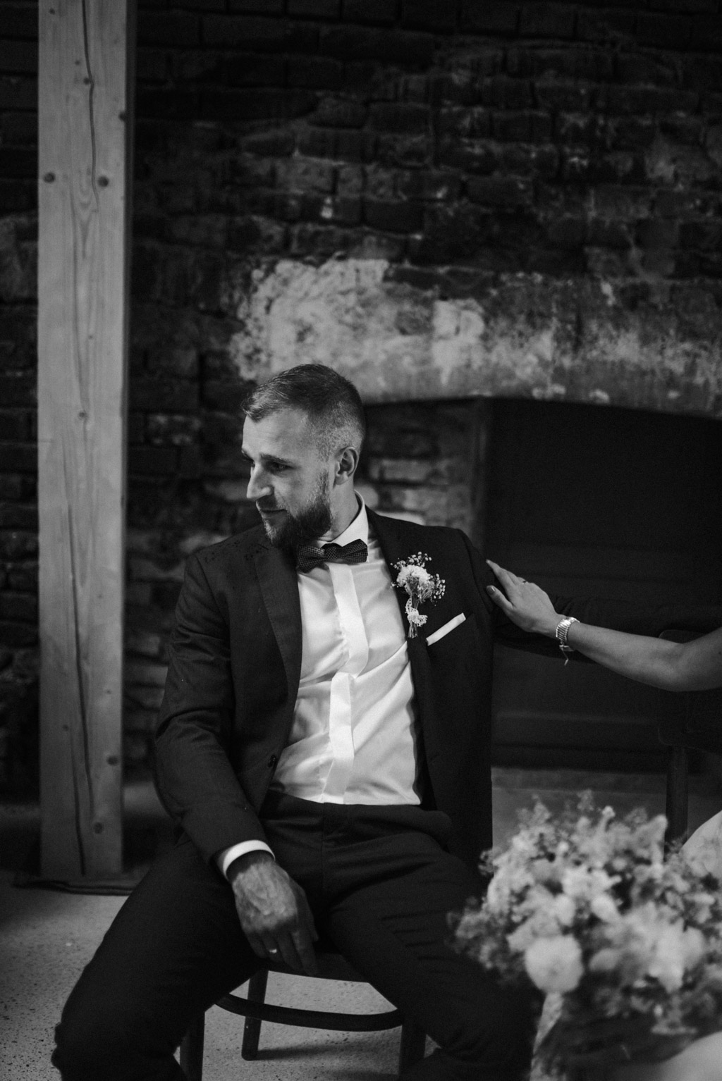 pan młody sesja w dniu ślubu na poddaszu w kotulińskiego 6